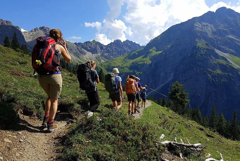 Wanderer auf dem Weg zur Fiderepasshütte