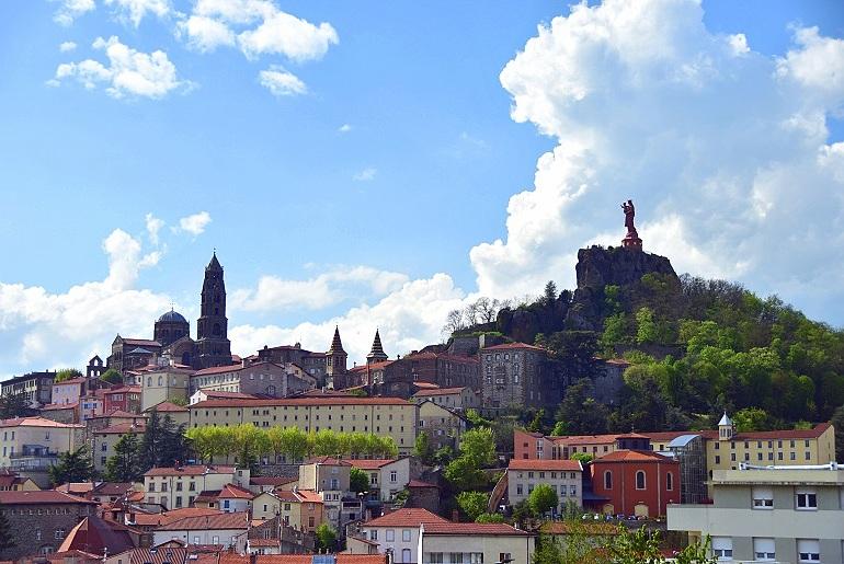 Blick auf die Kathedrale und die Statue der Notre Dame de France