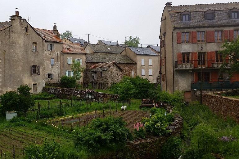 Dorf auf dem Weg nach Les Alpiers
