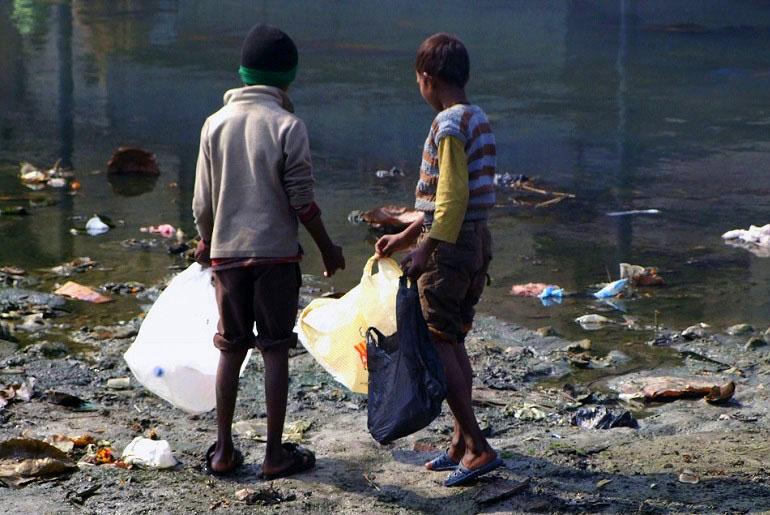 Kinder am Bagmati-Fluss